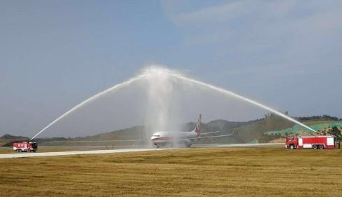 梧州西江机场迎来首架客机降落标志着梧州西江机场已正式通航