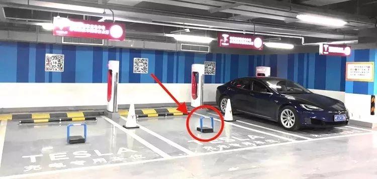 特斯拉部分快充站的停车位安装智能地锁