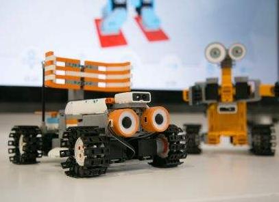 """索菲亚迎来了一个""""妹妹"""" 一款新型STEM、AI和编程机器人"""