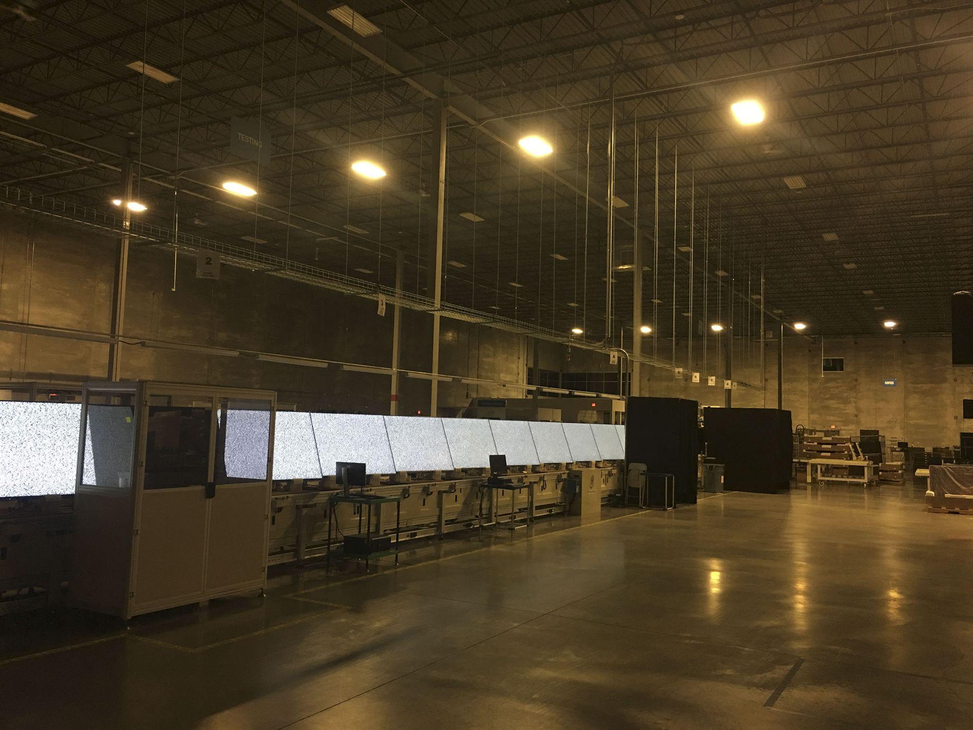 富士康位于芒特普莱桑的实验培训中心内有一条生产线,主要生产液晶电视。