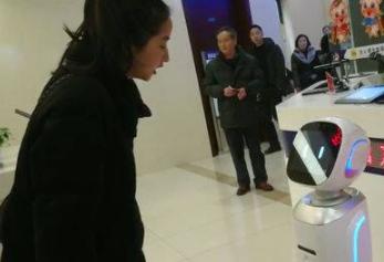成都出入境服务首次引入智能机器人 推动智能化办事水平