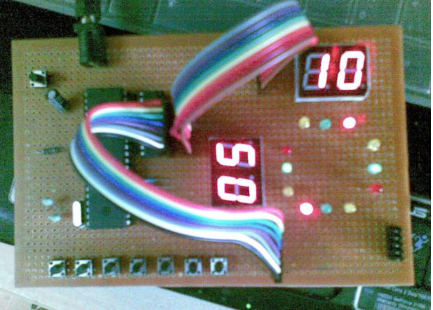 使用AT89S52单片机设计交通灯的论文资料说明