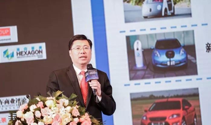 清华大学杨殿阁在第二届自动驾驶论坛发表了主题演讲