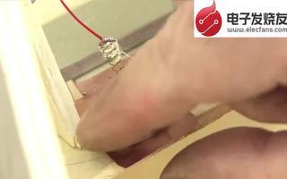通过采用小马达和硬纸板制作硬币分拣机