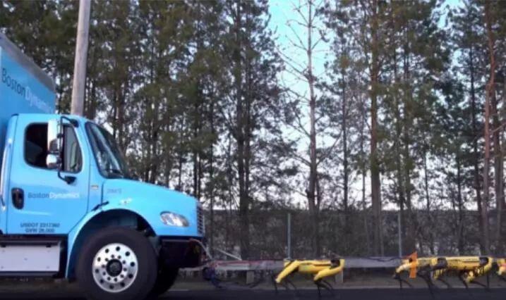 10只机器狗拉动大卡车