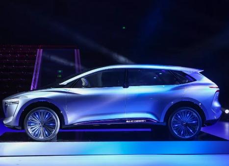 随着新一轮的产业变革 新能源汽车和智能汽车正在冲击传统汽车