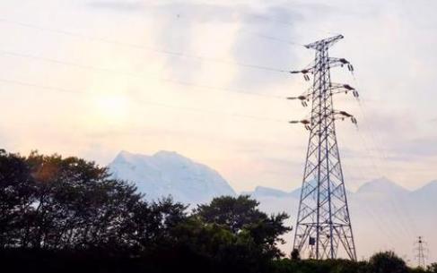 娄底供电公司正在全力推呢进输电线々路隐患点三跨升级改造