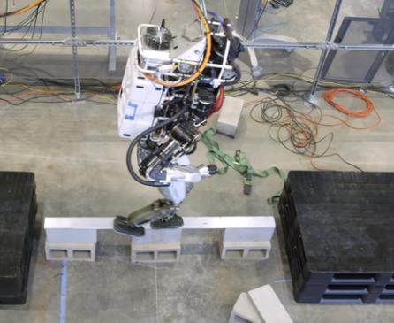 IHMC Robotics人形机器人通过平衡木能...