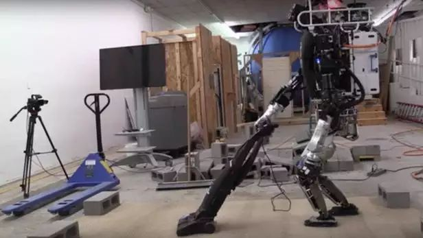 波士顿动力atlas机器人会过独木桥了-电子发烧友网