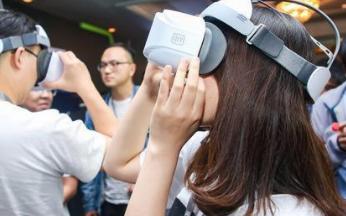 越来越多的人开始玩VR 爱奇艺VR能做成市场的领...