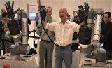 """亚马逊CEO贝索斯试玩全球首款触摸式远程机器手,表示反馈""""很强烈"""""""