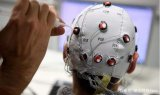 首款精神控制機器人手臂面世,采用無創的腦機接口技...