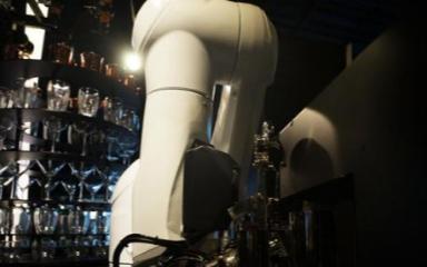 天津首現AI智能機器人調酒師
