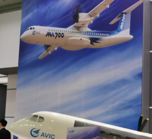 新舟700飞机亮相巴黎航展采用了PW150C发动机最大速度达637公里/小时