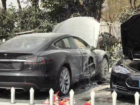 纯电动汽车的现有发展路线导致其频繁自燃