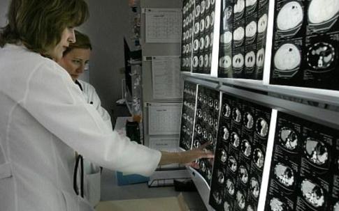 人工智能医疗设备的精确性和安全性如何