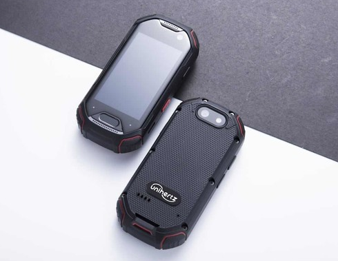 Unihertz正式发布了一款三防键盘手机Titan外形酷似黑莓