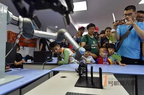 中国工业机器人销量首次下滑 未来增长空间在哪里?