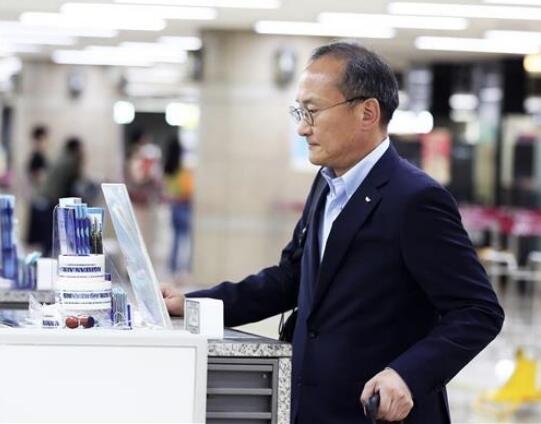 海力士CEO李锡熙离开首尔前往日本