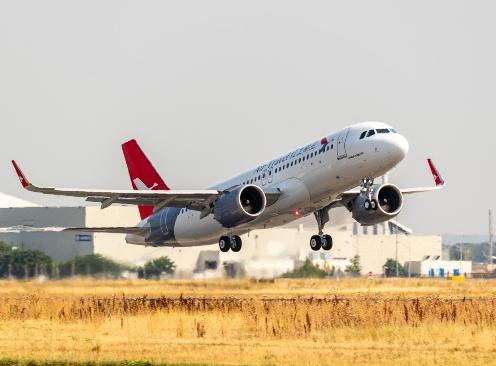 云南红土航空公司接收空客的一架A320neo飞机...