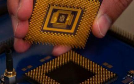 性能比GPU高100倍的可编程忆阻器AI计算机面世