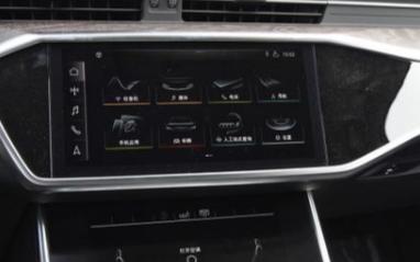采用触控技术代替按钮的三屏奥迪中控