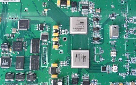 元件保留在初级侧。此外,任何需要特别注意的组件也应该在初级侧。  印刷电路板的自动与手动装配 无论您选择自动装配还是手工装配您的印刷电路板订单,选择将最终影响您的预算和生产时间。如果您需要制造少量的PCB,手工组装是一个可行的选择。但是,大批量运行可能需要自动装配,因为它可以更具成本效益。还要考虑这样一个事实,即您的运行量不仅取决于您订购的PCB数量,还取决于每个PCB上的组件数量。