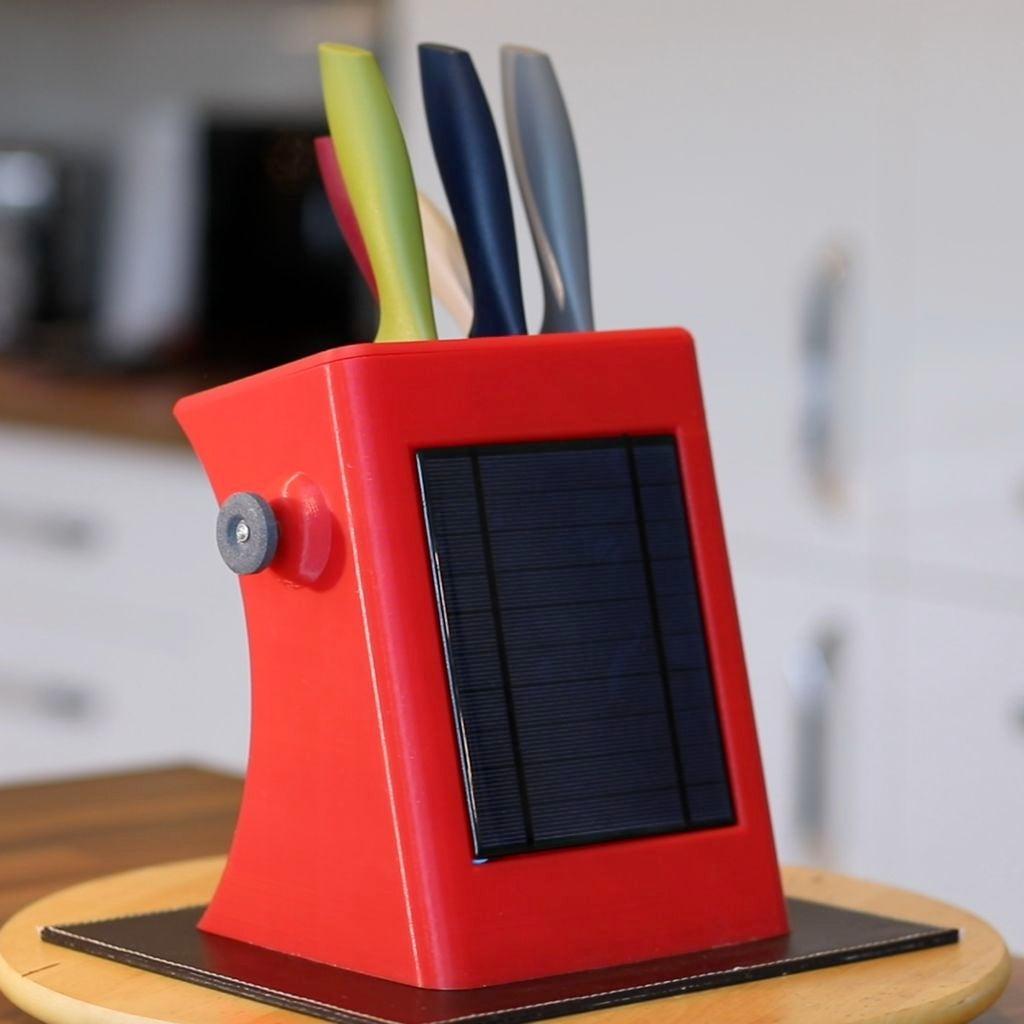 如何制作一个太阳能供电并带有机械磨刀器的刀座