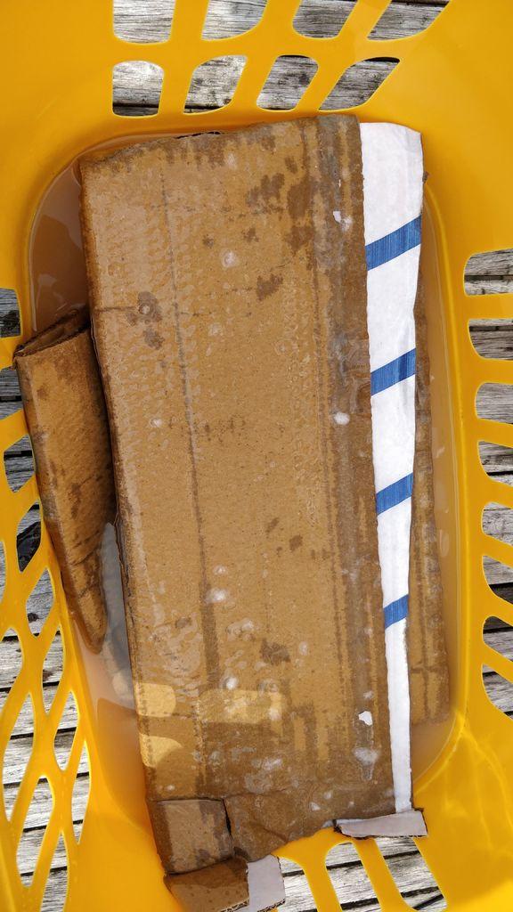 三星S21被吐槽:麦克风和SIM卡针孔挨得太近、易捅错