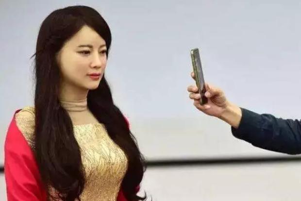 中国第一台美女机器人,外观甜美,还能与人做简单的...