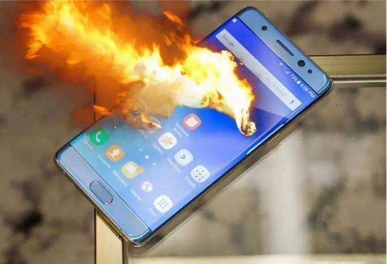 """手机""""爆炸""""前的3个征兆,一旦发现应该及时远离"""