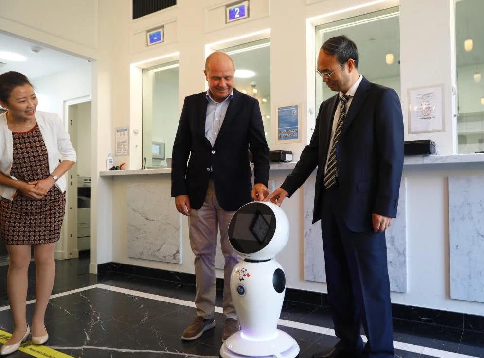 曹忠明在致辞中表示:尽快推出更加智能的升级版领事服务机器人