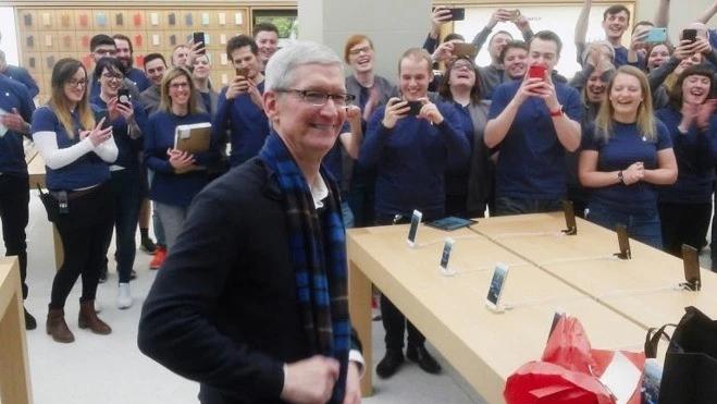 苹果CEO库克获得56万股股票奖励 其中半数属于基于业绩的奖励