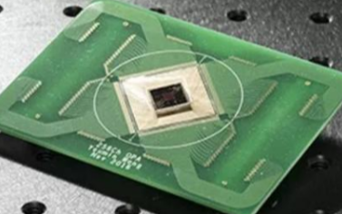 首次實現高速可編程大陣列二維光學相控陣芯片
