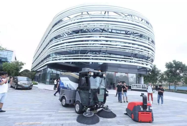 上海张江人工智能岛联合发布了第二代无人驾驶环卫车