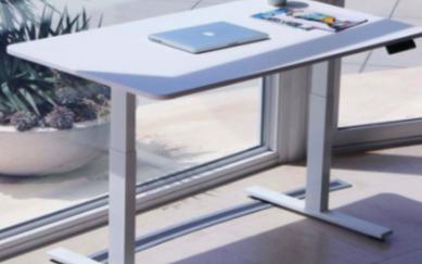 可以用语音进行控制的升降桌VertDesk v3
