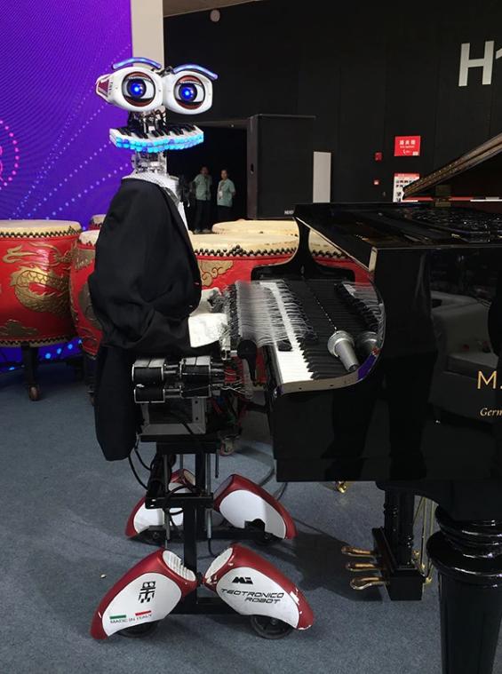 意大利機器人特奧的登臺獻藝,53根手指彈鋼琴!