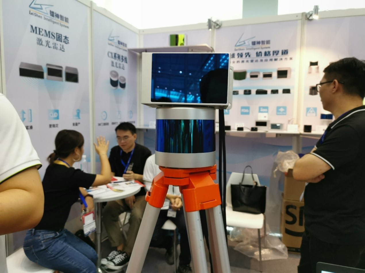 镭神智能展示的激光雷达产品。其中上面的为嵌入式MEMS固态激光雷达,下面的是360°激光雷达产品。