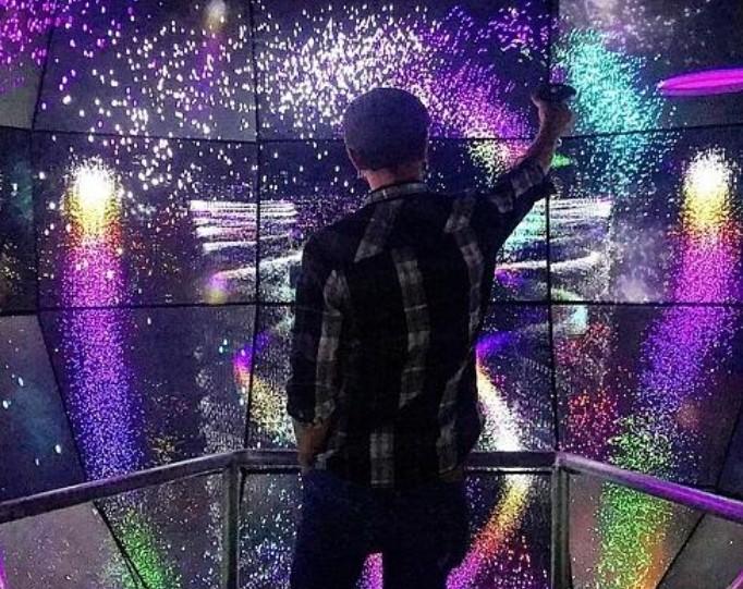 高通研究所为了打造了5亿级的像素VR空间使用70个4K显示屏