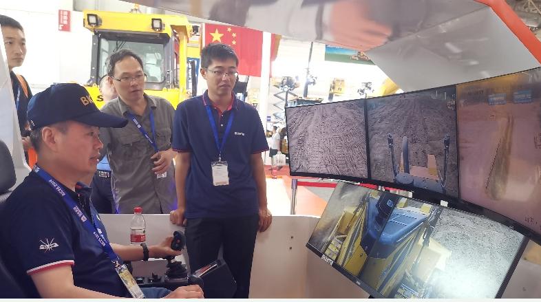 山东联通携手华为利用5G网络实现了远程遥控推土机作业