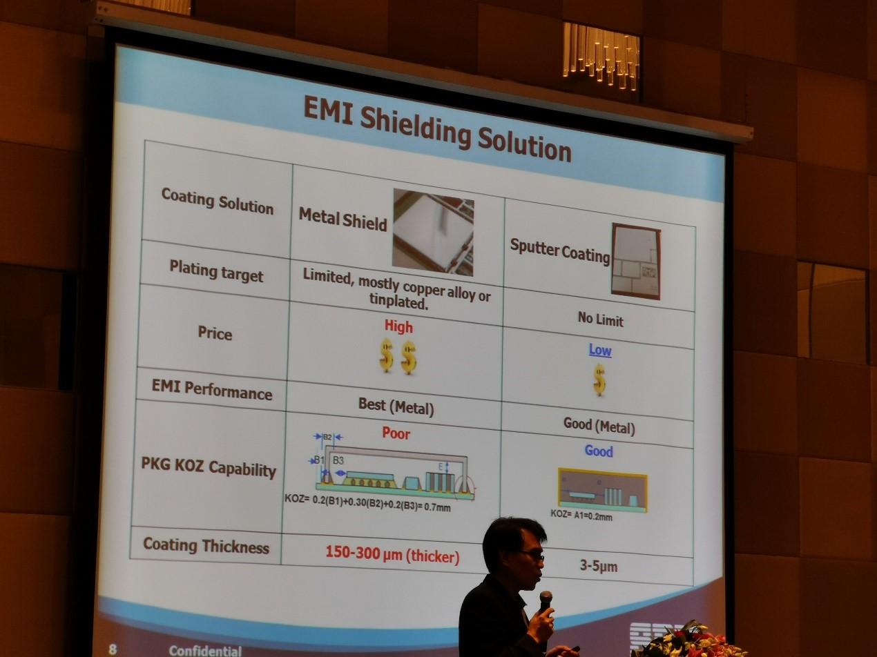 矽品精密研�l中心��L蔡瀛州在介�B矽品精密的EMI屏蔽罩解�Q方案。