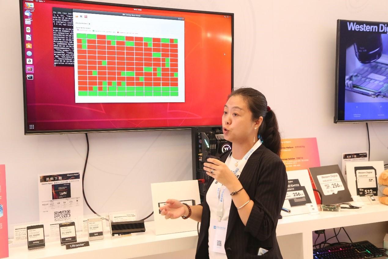 西部数据公司产品市场部总监张丹在介绍西部数据的系列产品