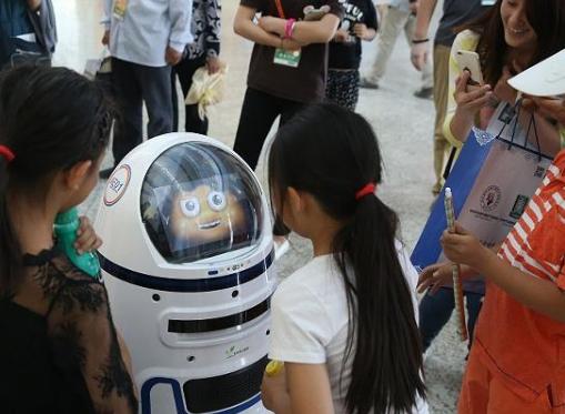 智能机器人目前可以与人类进行自由交流吗