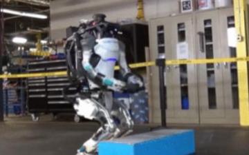 美国研发拥有灵敏平衡系统的机器人,可轻松完成后空...