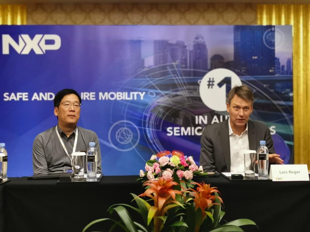 恩智浦资深副总裁兼首席技术官Lars Reger(右)与恩智浦大中华区汽车新萄京首席技术官吕浩