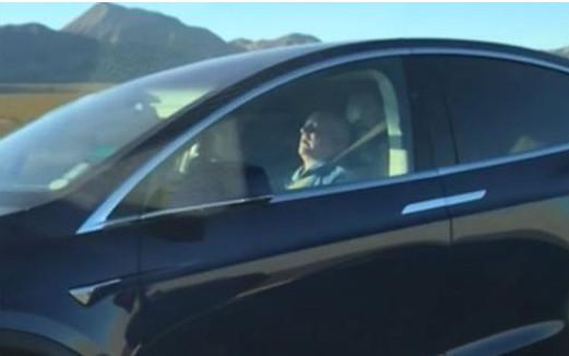 睡着的情况也在开车,美议员要求特斯拉禁用自动驾驶...