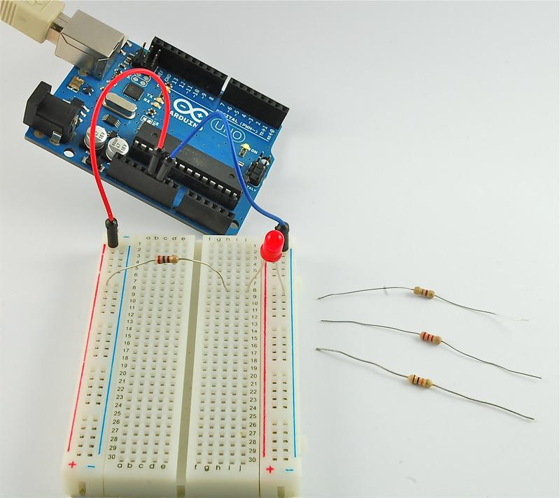 如何通过使用不同的电阻值来更改LED的亮度