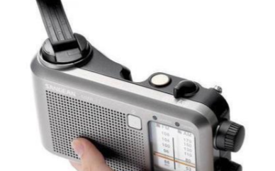 手摇充电收音机为防止内置电池失效,需要定期转动手柄