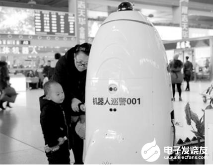 沈阳站机器人巡警火了 凭借着外表拉近了与旅客的距...