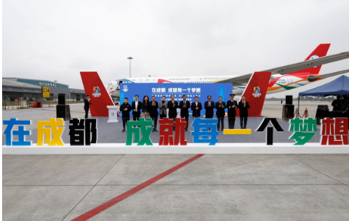 四川航空公司打造出的成都大运号彩绘飞机已正式首航